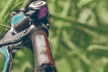 Una manubrio di una bici con un campanello e un freno. metaforicamente l'immagine del campanello e del freno richiama alle nostre difese psicologiche