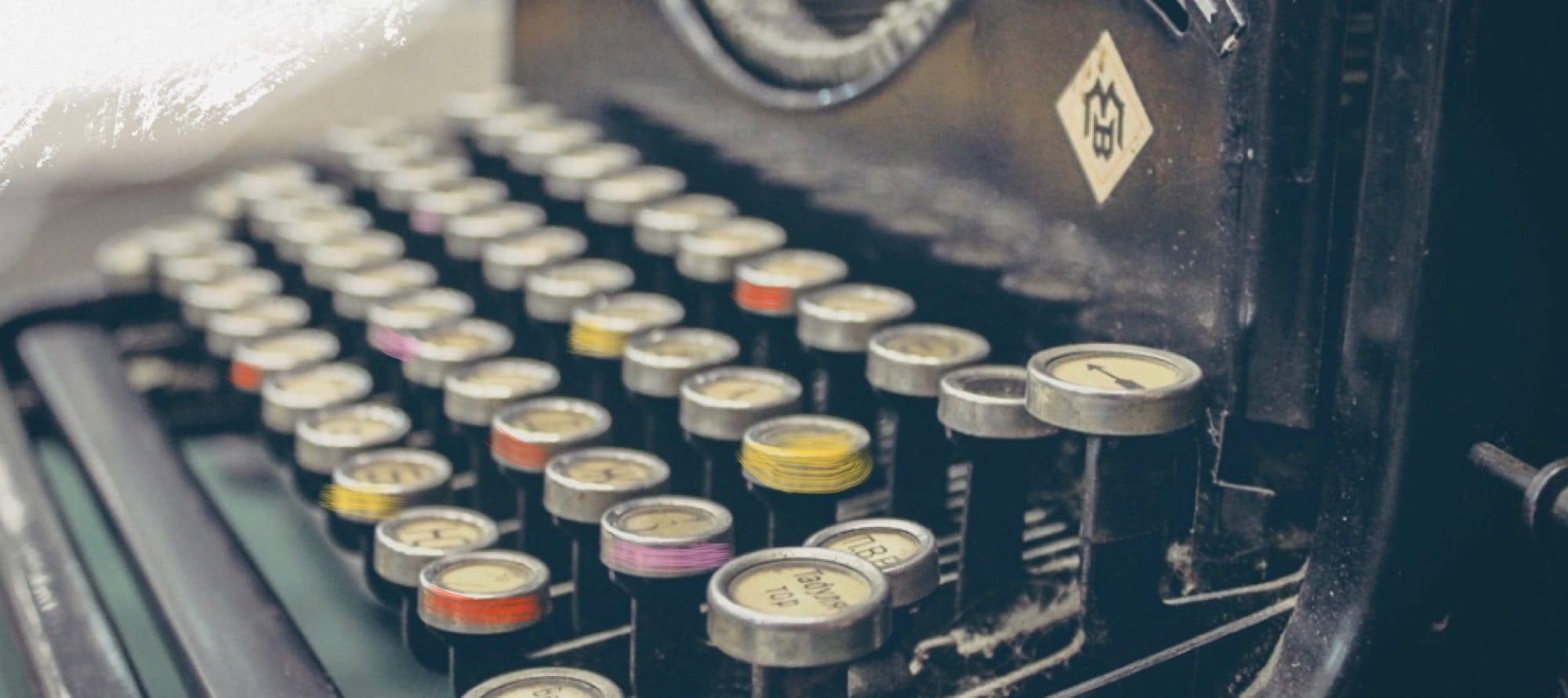 una macchina da scrivere che richiama agli ingranaggi della nostra mente