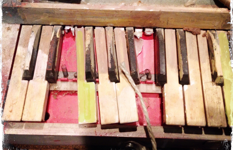 una tastiera di pianoforte rotta che crea senso di infelicità
