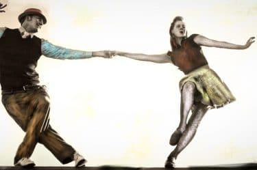 un immagine sfocata che richiama alla memoria al ricordo: vi sono due persone che ballano come in un sogno