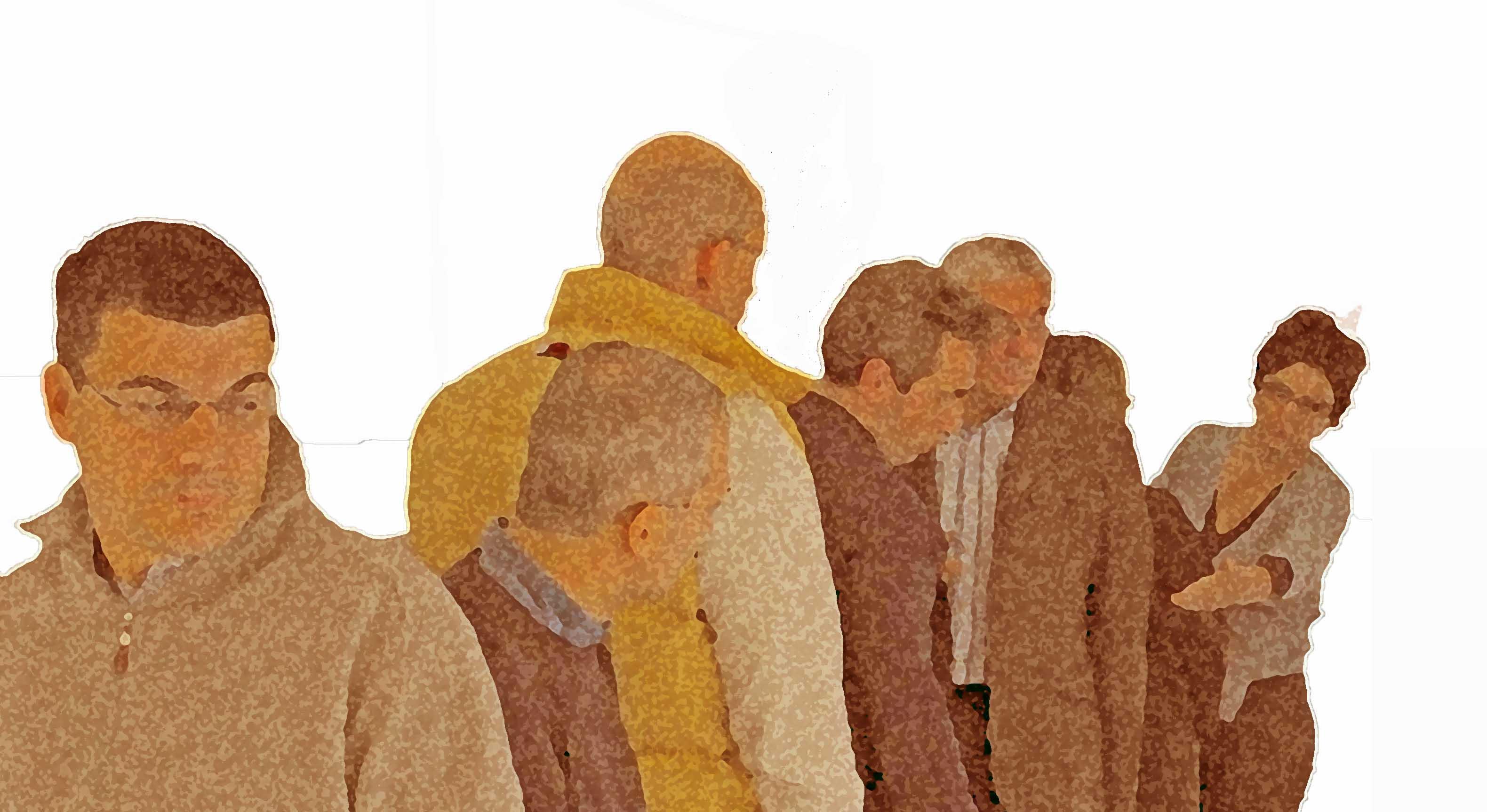 Una persona con sguardo di uno che prova sensi di colpa che cammina in direzione opposta alle altre persone