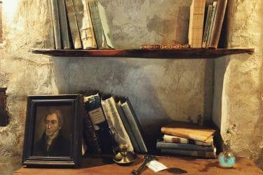Un paio di libri ed un ritratto su uno scaffale. Metaforicamente l'immagine mi dice che le parole appartengono ad un autore