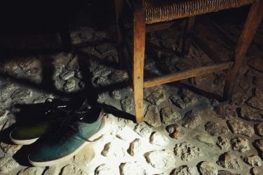 Immagine che richiama alla solitudine interiore: nella foto vi sono una scarpa e una sedia