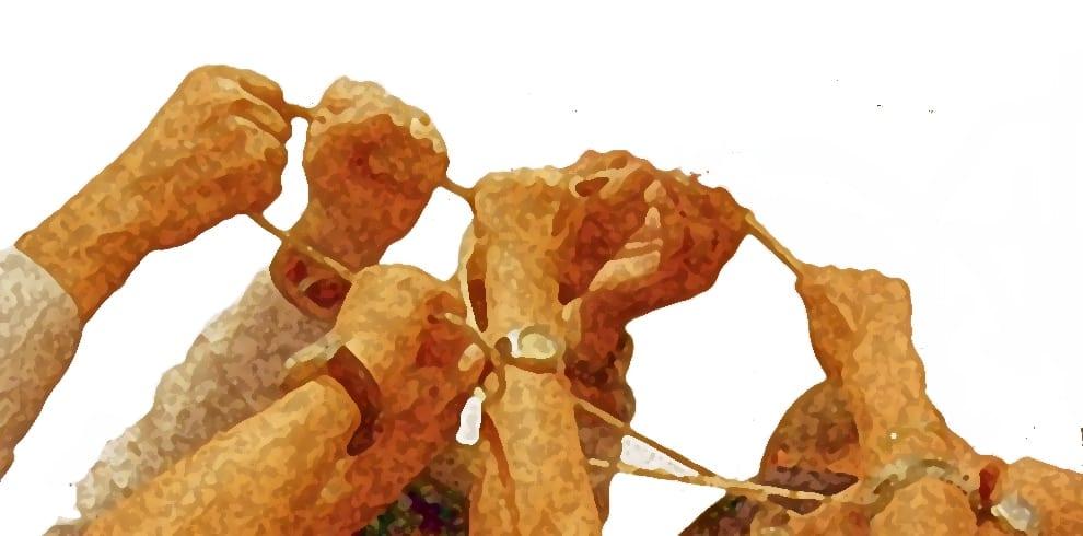 L'immagine mostra delle che in cerchio tengono in pugno una corda. Questa immagine richiama alla bontà e alla solidarietà collettiva