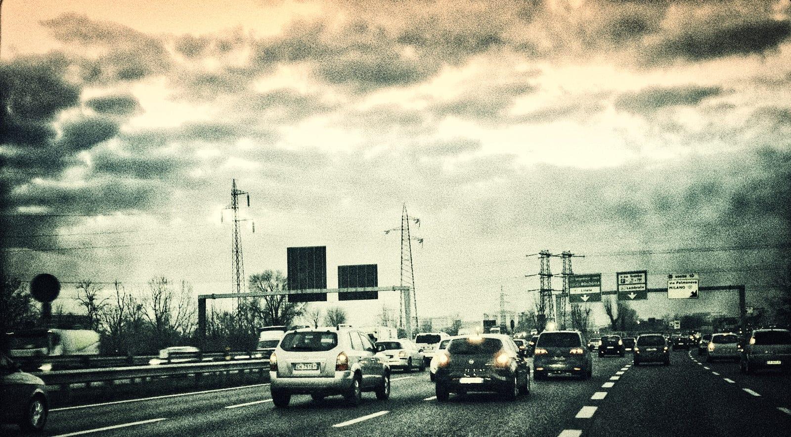 macchine in autostrada, tutti abbaiamo fiducia in noi stessi, altrimenti non guideremmo