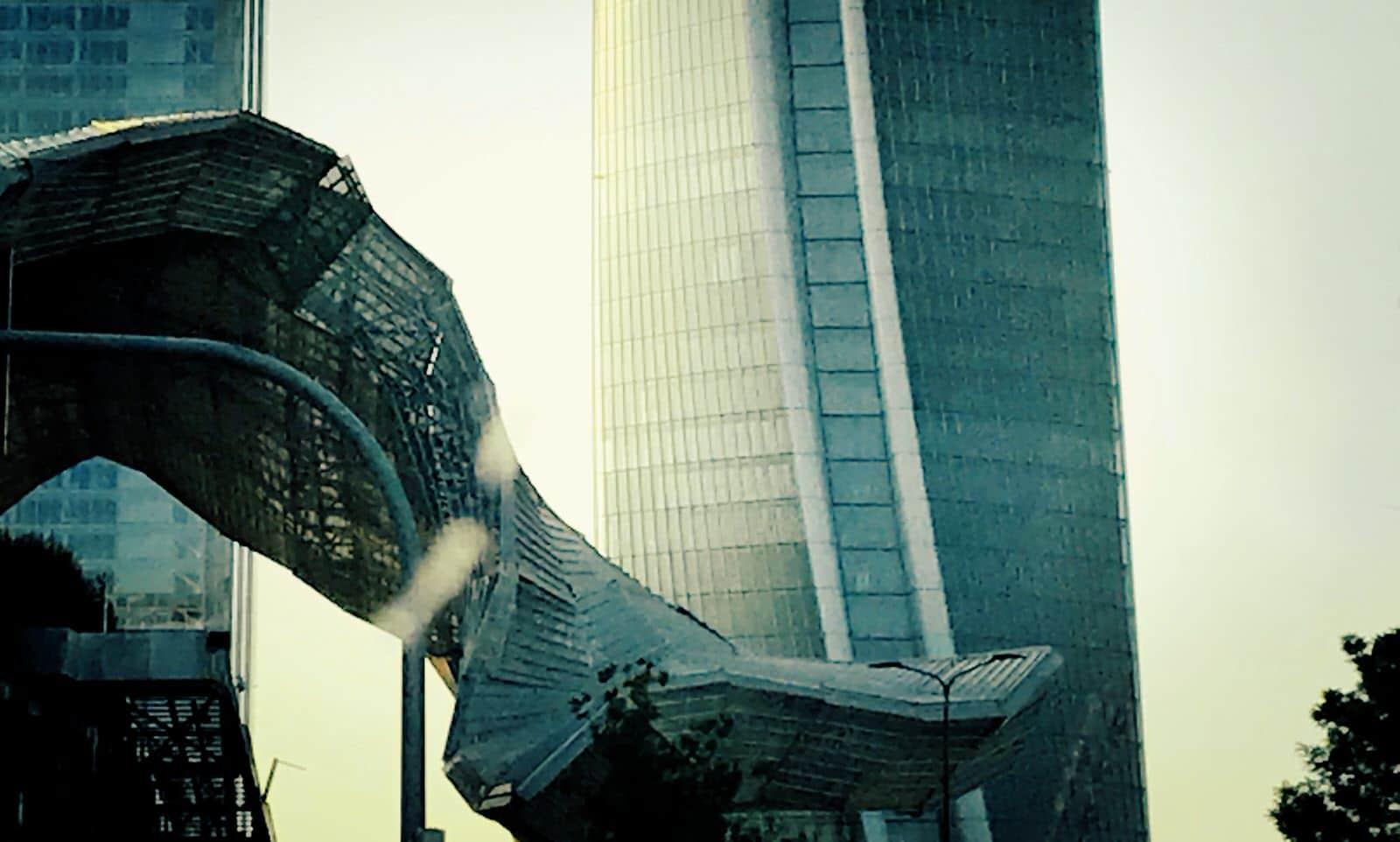 Immagine che rappresenta un grattacielo spettacolare che ci fa pensare al primato delle emozioni quotidiane rispetto alla riflessività.