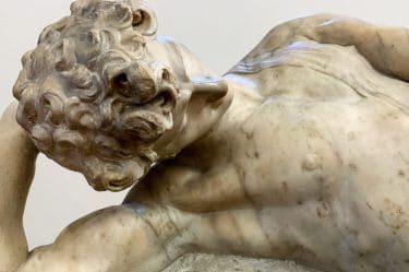 Statua raffigurante un uomo intento a riflettere, a conoscere se stesso