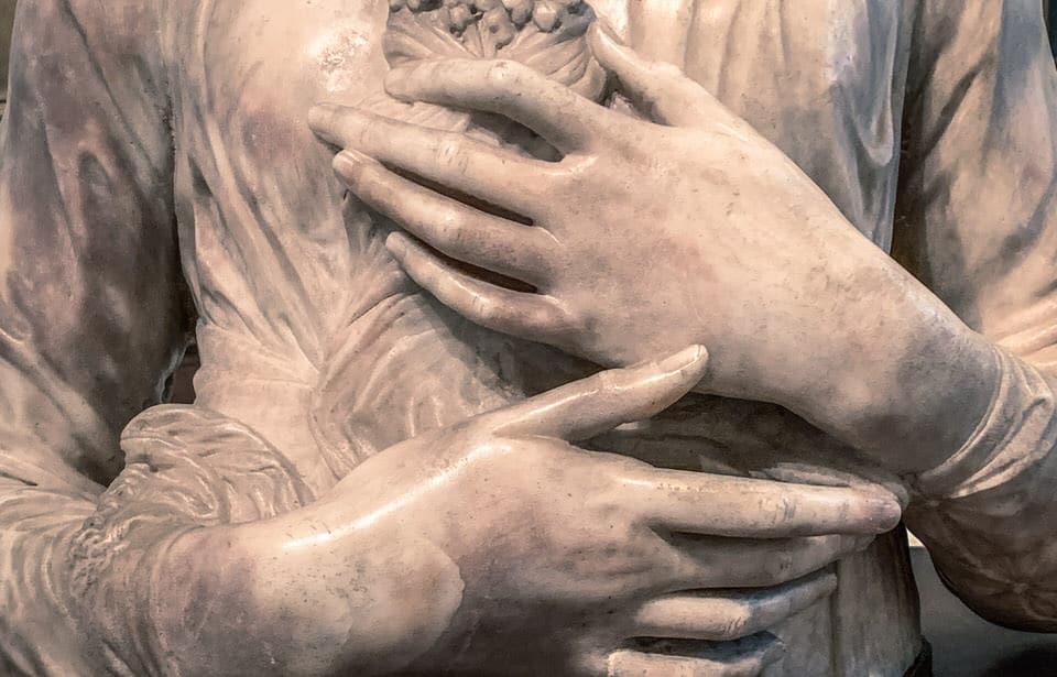 Immagine di una statua che si tocca con gentilezza