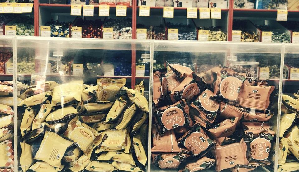Immagine con dei dolci che indica l'ambivalenza tra il bisogno di mangiare e il desiderio di mangiarsi il dolce