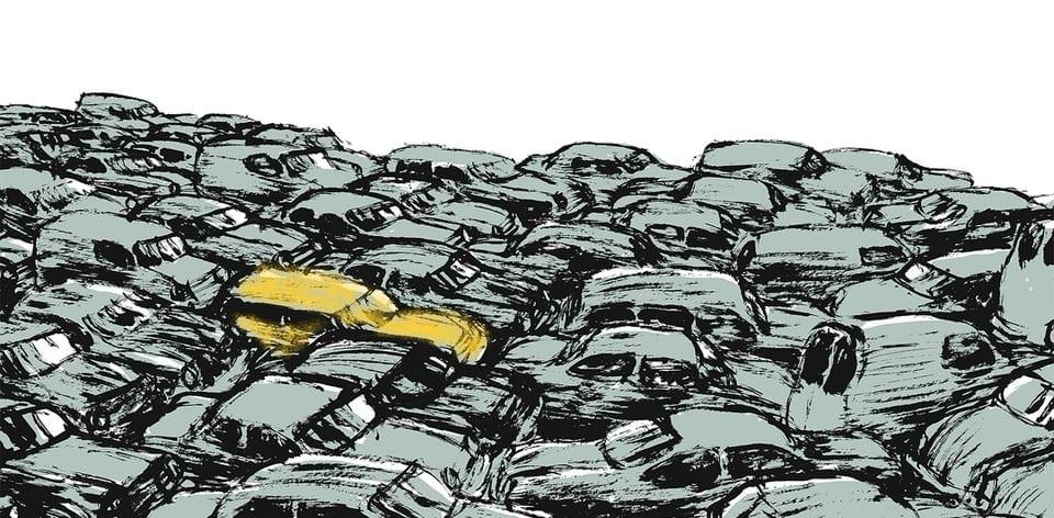 La macchina gialla riesce a non arrendersi in un mare di altre macchine