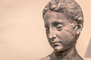 Statua che abbassa lo sguardo